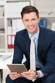 Empresario sosteniendo un equipo tablet pc — Foto de Stock