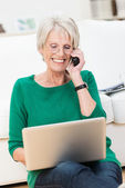 Senior lady chatting on her mobile — Stock Photo