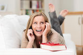 Woman laughing as she chats on her mobile — Stock Photo