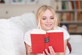 Beautiful woman relaxing with a good book — Stock Photo