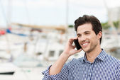 Handsome unshaven man chatting on phone — Stockfoto