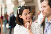 Smiling woman watching man speak — Stockfoto