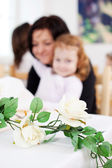 Trailing rose floral centrepiece on table — Stock Photo