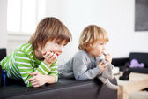 Two young children watching television — Stock Photo