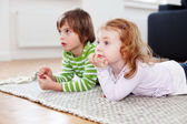 Two children watching television — Stock Photo