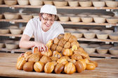 Saleswoman arranging breads on table — Stok fotoğraf