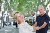 Par hålla händer och svänga runt — Stockfoto