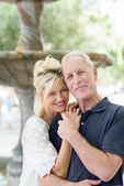пара средних лет с прекрасными улыбками — Стоковое фото