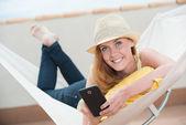 Kadın hamak mobile ile — Stok fotoğraf