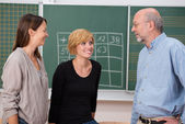 Professor in class with two students — Stockfoto
