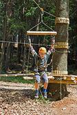 Niño feliz en el parque de aventura — Foto de Stock