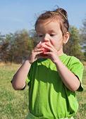 Küçük kız yeme elma — Stok fotoğraf