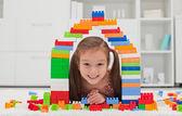 Küçük kız bloklarla oynama — Stok fotoğraf