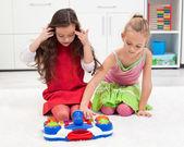 Bambine, giocando sul pavimento — Foto Stock