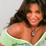 Brasiliansk skönhet ser på kameran med ett charmigt leende — Stockfoto