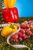 Hälsa och fitness grejer med frukt och grönsaker — Stockfoto
