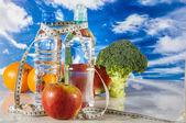 Thème ftness avec fruts, légumes, fond bleu clair — Photo