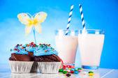 Słodkie i smaczne babeczki, kolorowe cukierki — Zdjęcie stockowe