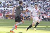 Alberto Moreno and Stuani  trying to grab the ball — Stock Photo