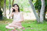 Asiatisk tjej med ykulele gitarr utomhus — Stockfoto