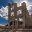 Ruins of a building in Rhyolite Ghost Town in  Death Valley — Stock Photo