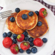 Cheese pancakes with fresh berries — Stock Photo