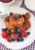 Cheese pancakes with fresh berries — Stock Photo