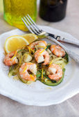 Zucchini noodles with prawns and lemon zest — Stock Photo