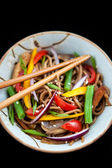 Buckwheat noodles with chicken and vegetables — Stockfoto