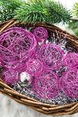 バスケットとスプルースの枝でのクリスマスの装飾 — ストック写真