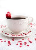 Bianco tazza di caffè decorate con cuore rosso — Foto Stock