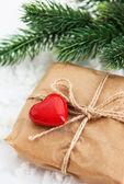 Presentförpackning med rött hjärta — Stockfoto
