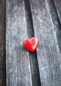 Coeur rouge sur la planche de bois minable — Photo