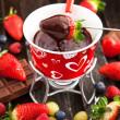Chocolate fondue with fresh berries — Stock Photo #39376919