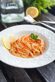 Spaghetti with red caviar — 图库照片