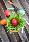 Coloridos huevos de pascua pintados en un pasto verde fresco — Foto de Stock