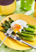 Breakfast with poached egg and green asparagus — Stock Photo