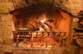 火災轟音と大きな暖炉 — ストック写真