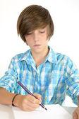 Okul çocuk üzerinde beyaz izole bir kalem ile çalışma — Stok fotoğraf