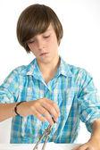Menino de escola, trabalhando com um círculo, isolado no branco. — Foto Stock