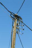 старые деревянные powerline, изолированные на голубое небо — Стоковое фото