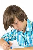 鉛筆を持つ学校少年作品濃縮、分離の白. — ストック写真
