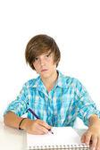 Menino de escola, trabalhando com um lápis, isolado no branco — Foto Stock