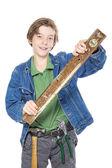 Sorridente menino com ferramenta no cinto dele segurando um nível de água no seu h — Foto Stock