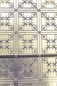 Decorate la recinzione metallica davanti a una finestra — Foto Stock