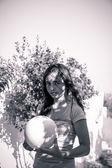 Подросток девочка держит мяч, черно-белый с цветным фильтром — Стоковое фото