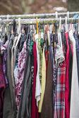 Одежда на стойке в блошиный рынок — Стоковое фото