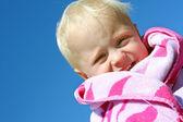 ビーチ タオルで幸せな赤ちゃん — ストック写真