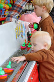 カーニバル アヒルのゲームを遊んでいる子供たち — ストック写真