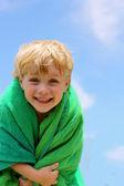 Plaj havlusu içinde mutlu çocuk — Stok fotoğraf